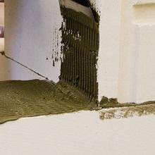 Нанесение клея на блоки из газобетона